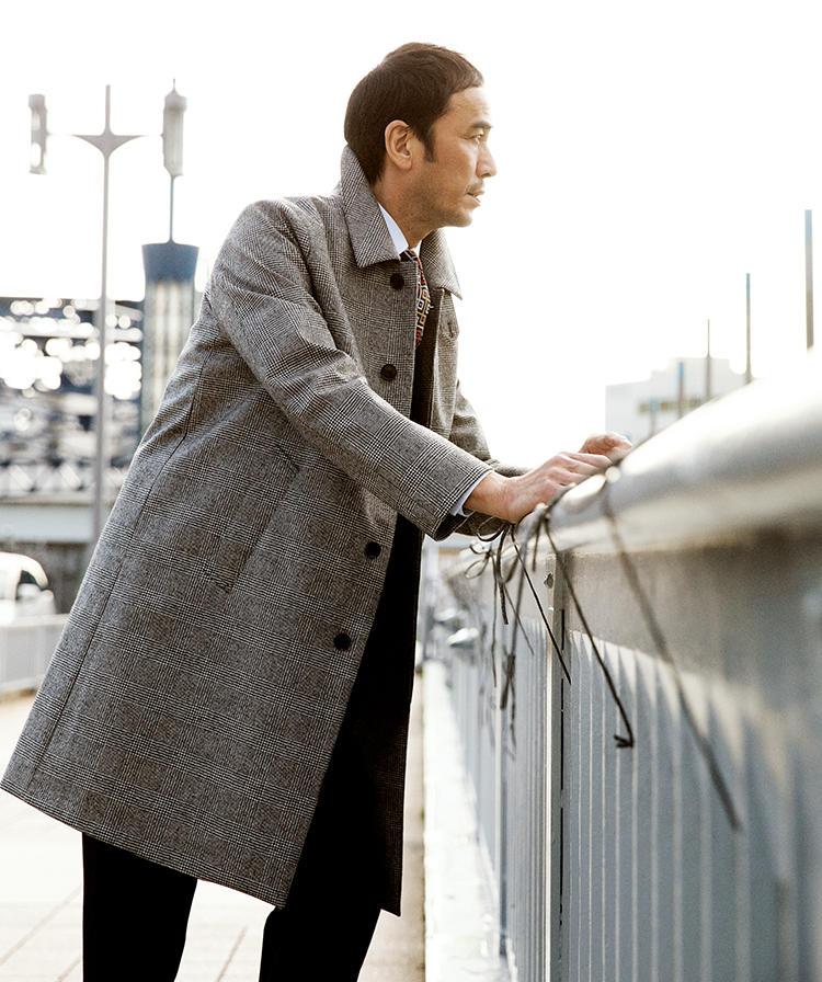 マッキントッシュのコートを着たモデル