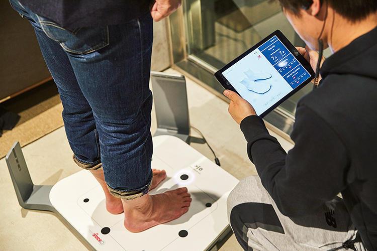 <b>1:自分の足のサイズや形を知ることから</b><br>もともと矯正靴の製造メーカーとして創業したニューバランス。適正サイズやアーチ高など、まず足の状態をチェックすることから。