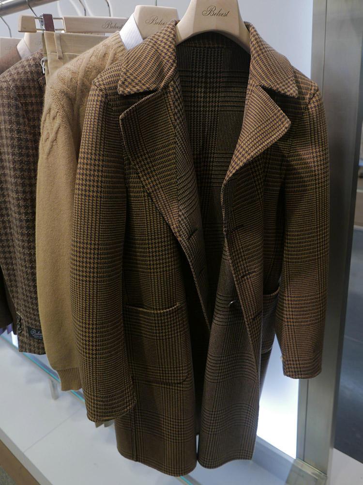 ベルヴェストのビッグシルエットのコートも大柄チェック。しかもリバーシブルだ。