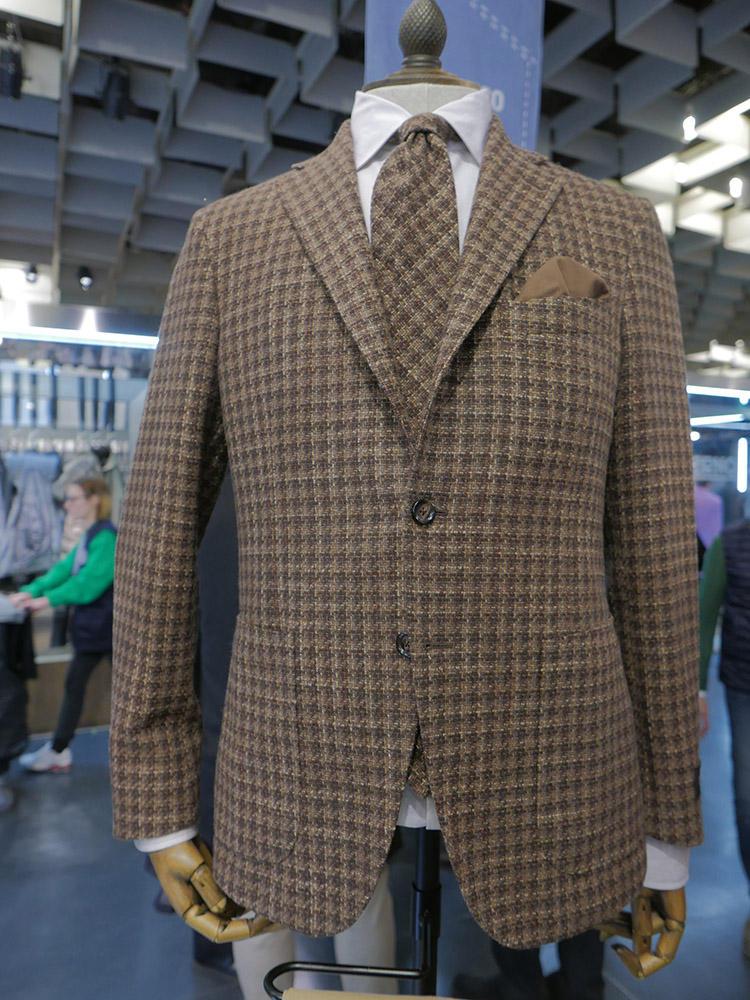 スーツとネクタイ、共地で英国調という提案も。