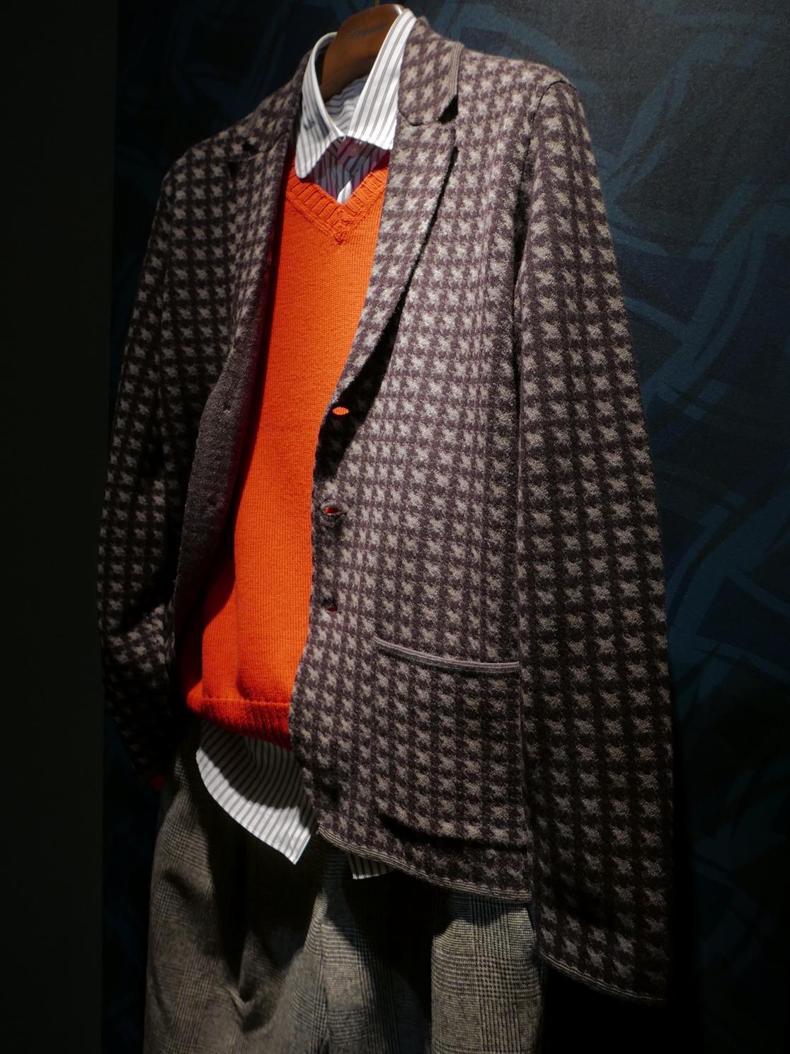 ドルモアのようなカジュアルニットジャケットも、ハウンズトゥース。