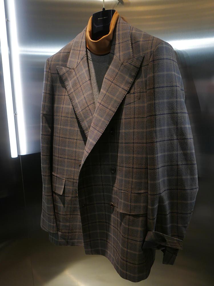 久々にピッティでの展示が復活したボリオリも、ピークトラペルのジャケットの中にスポーティなモックネック&スエットをINしたドレスポスタイル。