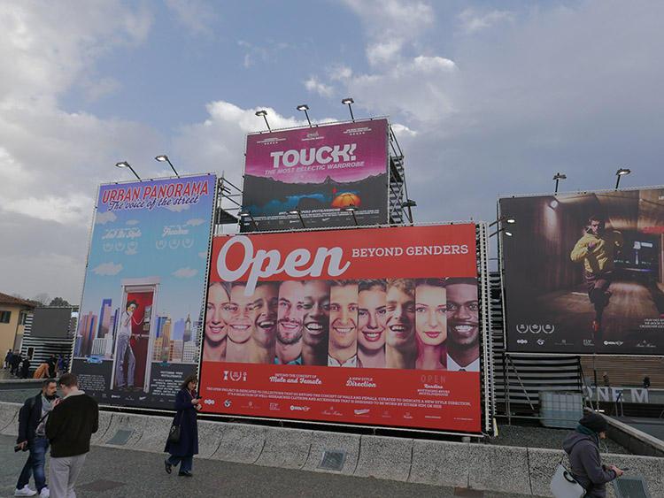 クラシコの建物の前には、映画館の前に飾られた新作映画の看板のようなディスプレイがずらり。