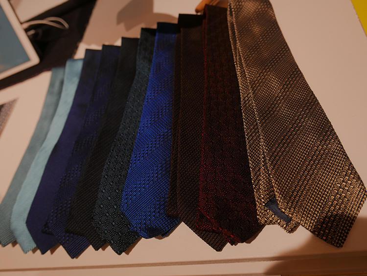 ソリッドの織りの種類も多数。