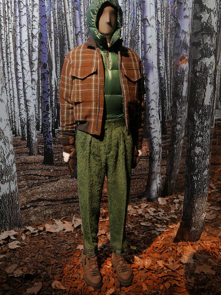 ジーゼニアは、ブラウン×グリーンの打ち出し。こうしたスポーティカジュアルなスタイルにも、パンツはプリーツパンツになっていたりとサルトリア感を随所に入れているのが新鮮だ。