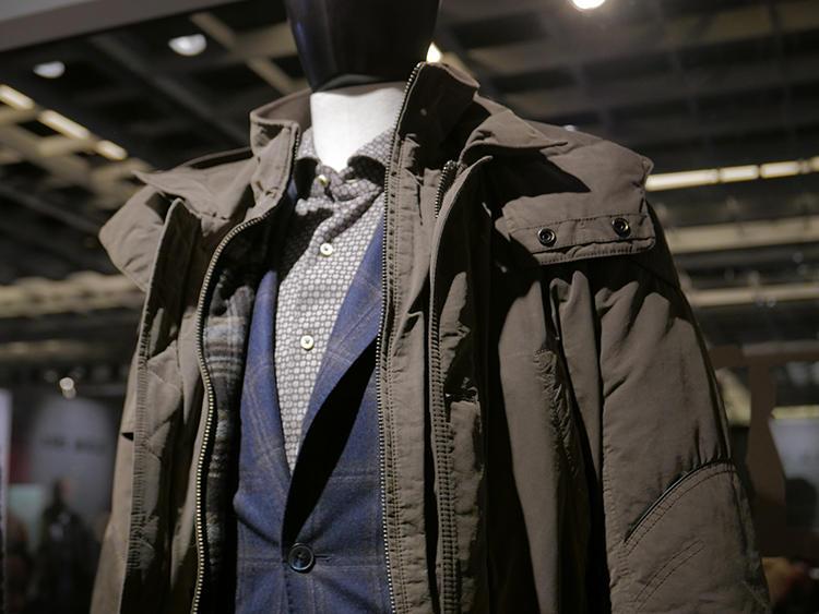 L.B.M.1911は、渋いモスグリーンとネイビーの組み合わせ。コートの裏地やジャケットのエーンには、ほのかにブラウンが覗く。