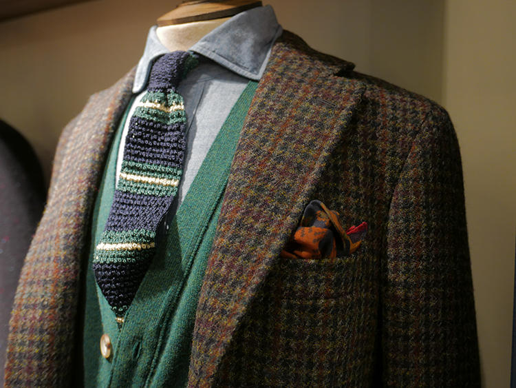 ドレイクスは、こうしたツイーディなチェックジャケットに色を挿す提案が多く見られた。ジャケットの地はブラウンやグリーン。