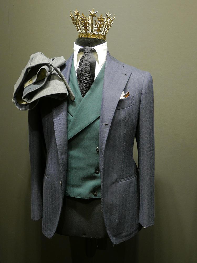 ジャケットも中のベストも、がっつりワイドラペルが特徴的な、ニコラ・リッチー。こちらも明るめグリーンのベストが効いていた。