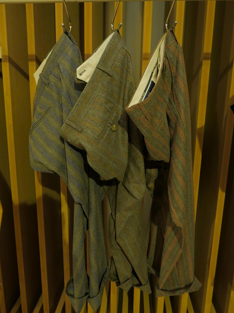 アントレ アミ。ブラウン、グリーン、オレンジ系のメランジストライプパンツ。色のトーンはおさえめなので意外とシックに穿けそう。