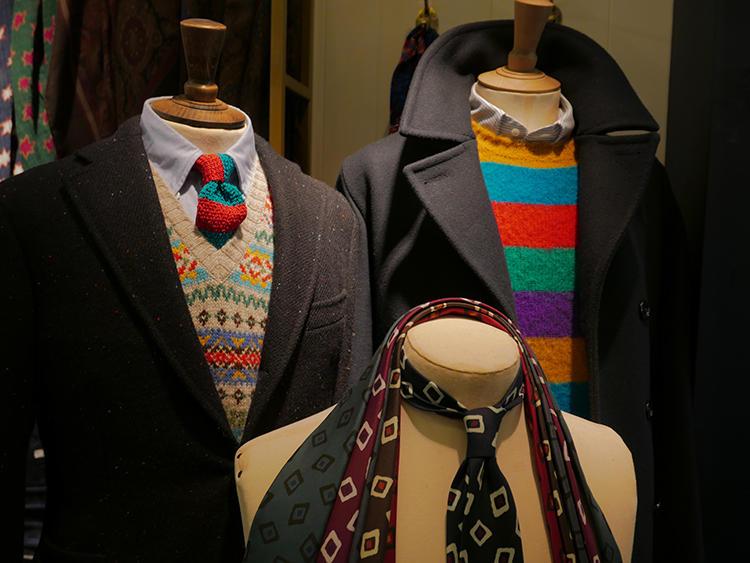ドレイクスは、カントリー調のジャケットにかなりカラフルな色を効かせたものも。ジャケットのネップにニットタイの赤や青が混ざっていると、違和感がない。