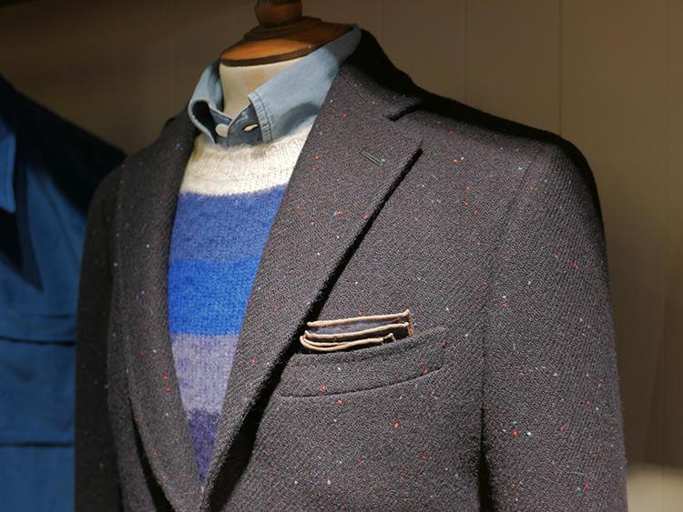 ネップ調のジャケットに、カラフルボーダーニット。ネップにニットの色が入っていると自然に馴染む。