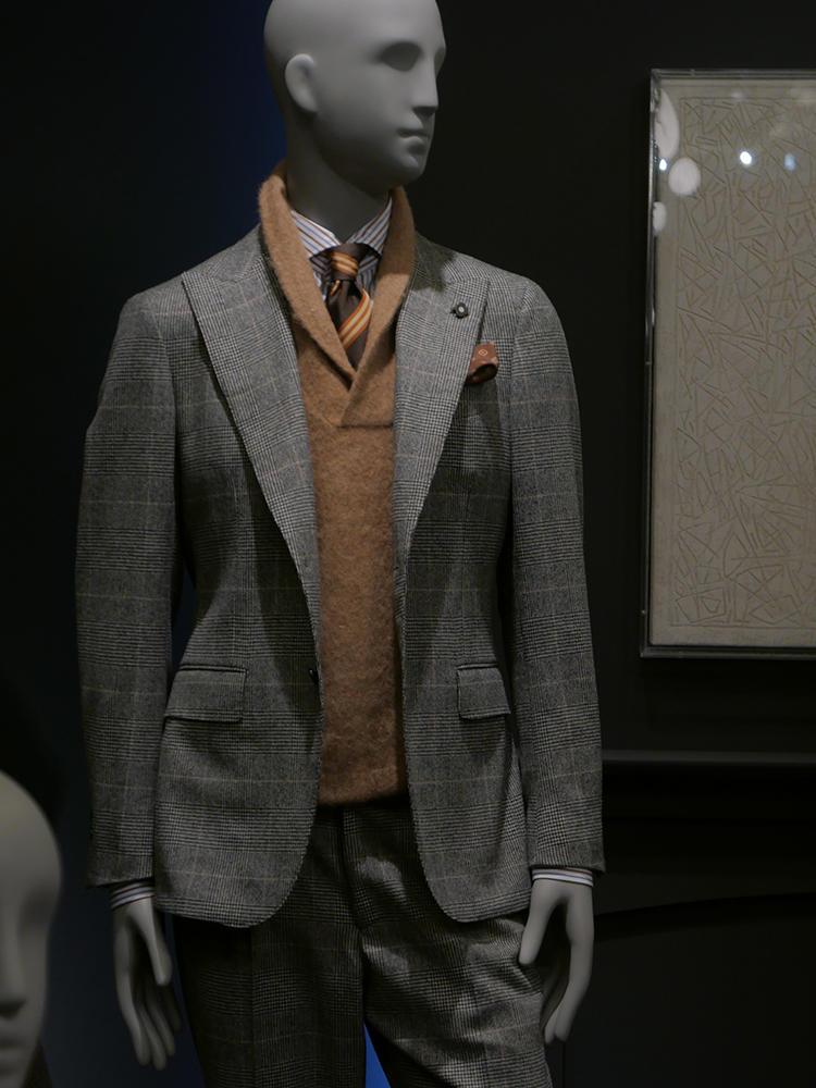 ラルディー二。シングルピークトスーツにブラウン系タイドアップ。中にミドルゲージのショールカラーニットをINしてカジュアル感を加えているのが新鮮だ。