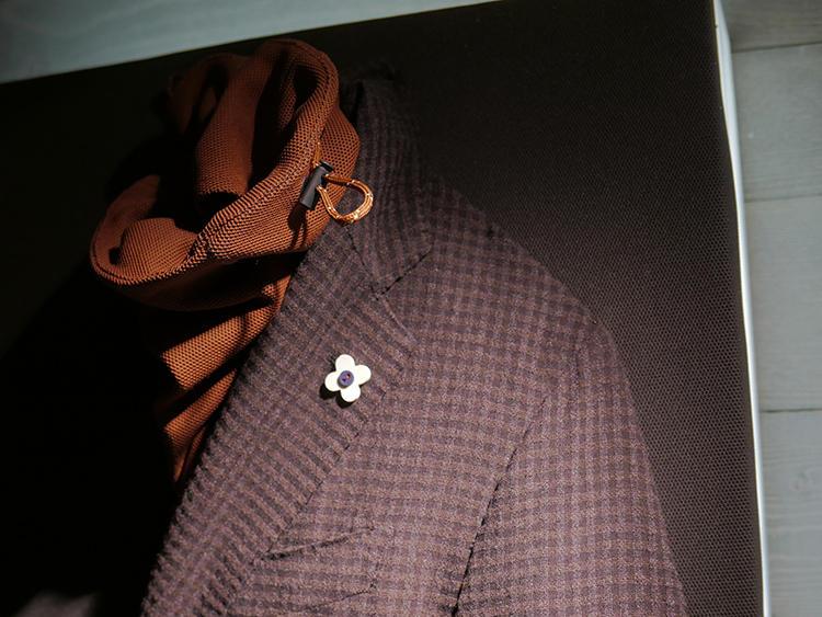 同じくラルディー二。テーラードジャケットの中に、こうしたスポーティなタートルの合わせも提案。
