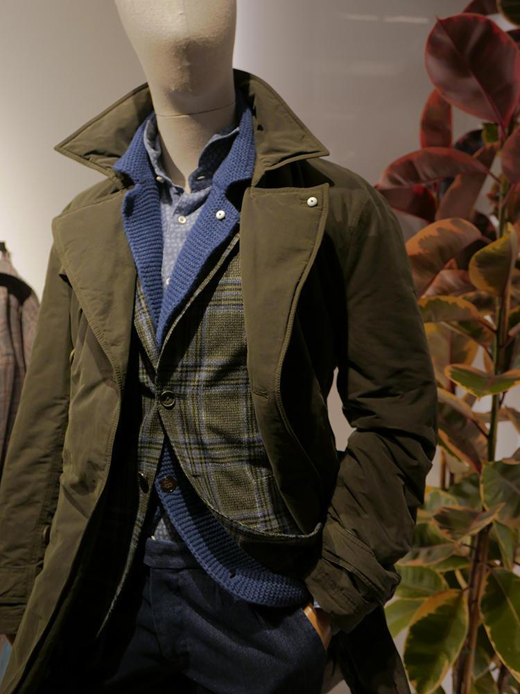 L.B.M.1911。ノータイのジャケットスタイルは、ジャケットの中にさらにニットジャケットをレイヤード。