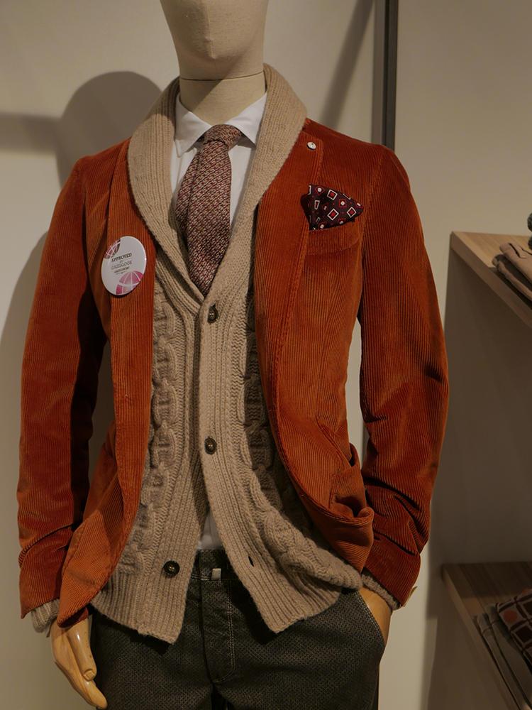 L.B.M.1911。コーデュロイジャケットの中にショールカラーカーディガンをIN。ここでタイドアップというのが新鮮だ。オレンジ×ブラウンのトーンもトレンド感抜群!