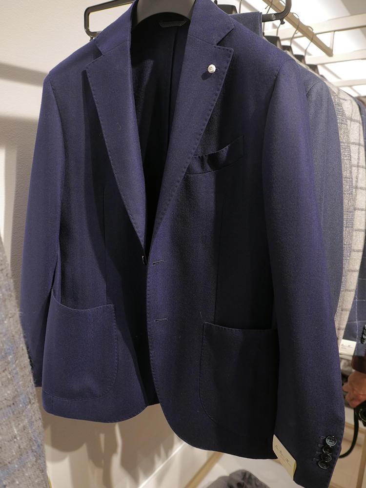 ルイジ・ビアンキ・マントーヴァのエレガントな紺ジャケ。こちらもビジネス対応のシックな見た目でありながら……