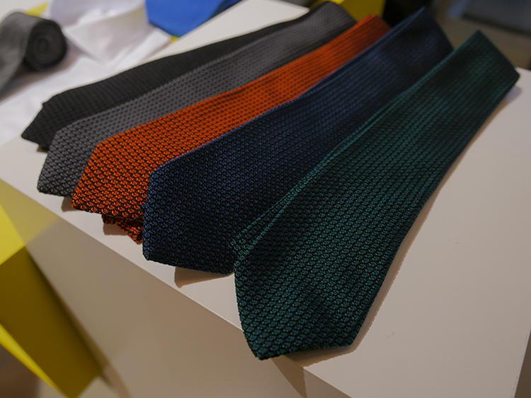 Made in Japanの誇る「クスカ」。すべて手織りで織られるシルクは、ソリッドタイでも非常に立体感がある。