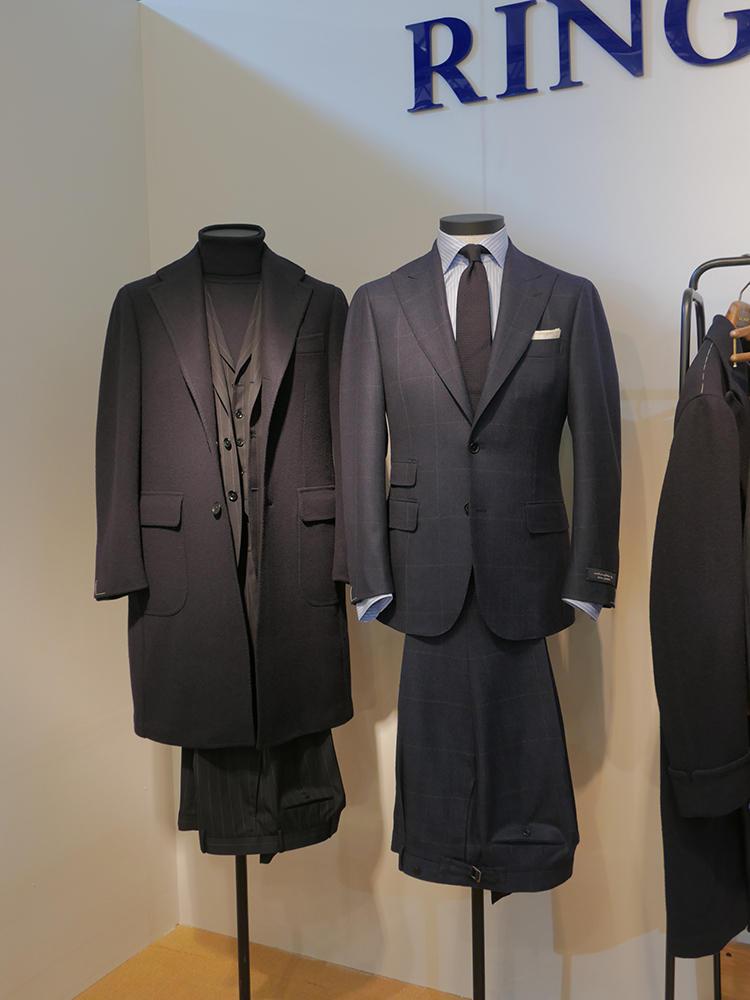 シングルピークトジャケットに、ベルトレスパンツというクラシックな作り。左のテーラードコートも好評だったそうだ。