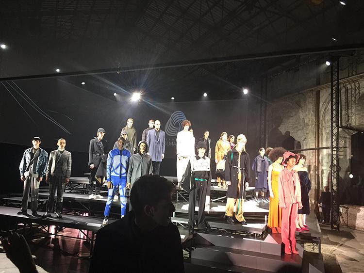 「インターナショナル・ウールマーク・プライズ」。ファイナリスト12組の作品をモデルが着用して登場。