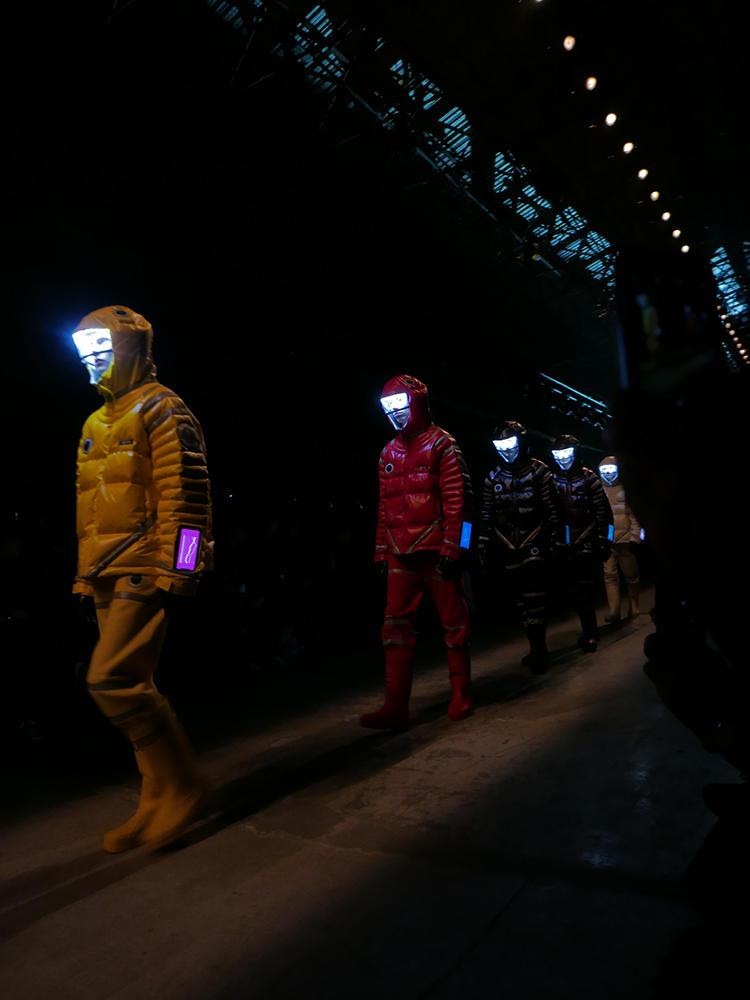 UNDERCOVERのフィナーレ。宇宙服のようなダウンジャケットの隊列がインパクト大。