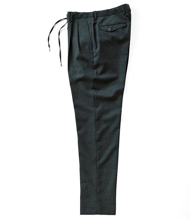 <b>■GTA./ジーティーアー<br>よりドレッシーな着こなしに</b><br>ドローコード付き2プリーツの「マリオ」。柔らかくコシのあるトロピカルウールを採用。ドレスパンツ仕込みのテーパードで美脚が実現。3万2000円(八木通商)