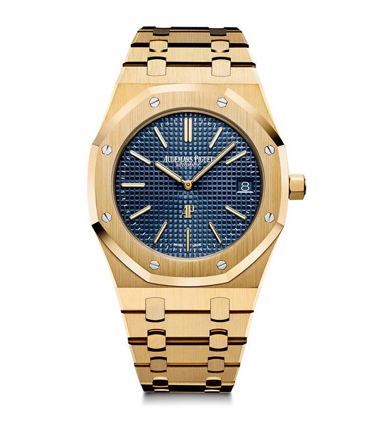 <b>AUDEMARS PIGUET</b><br>オーデマ ピゲ <br>ロイヤル オーク・エクストラ シン<br><br><b>ラグジュアリースポーツ時計の名作</b><br>八角形ベゼルをビス留めしたエッジの効いたデザインで、高級スポーツ時計の嚆矢となったロイヤル オーク。1977年のフルYGモデルを復活させたもので、プチ・タペストリー模様の青文字盤の下に名機Cal.2121を積む。径39mm。18KYGケース&ブレス。550万円(オーデマ ピゲ ジャパン)