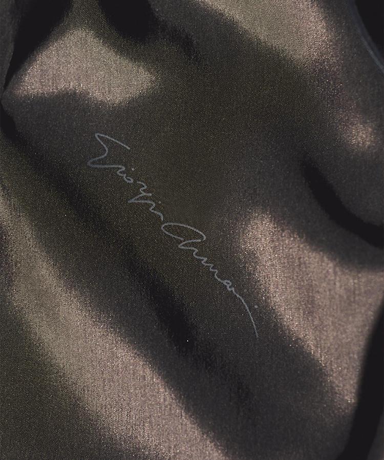 <b>裏地には筆記体のブランドロゴでさりげないステイタス感を</b><br>ライニングは、筆記体で「Giorgio armani」とロゴが配されたキュプラ地をセレクト。これ見よがしな主張でなく、あくまでさりげないステイタス感をプラスした。ダークブラウンで大人の落ち着きをイメージ。