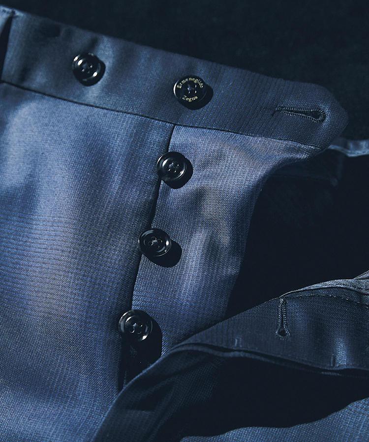 <b>パンツはサルトリアルなボタンフライに</b><br>オプションでボタンフライも選べる点もゼニアの魅力。今回は仕立て服に多いボタン式に。ちなみにパンツは「ミラノ」モデルを選択。「フィレンツェ」に比べ股上がやや深い、中庸なテーパードシルエットとした。