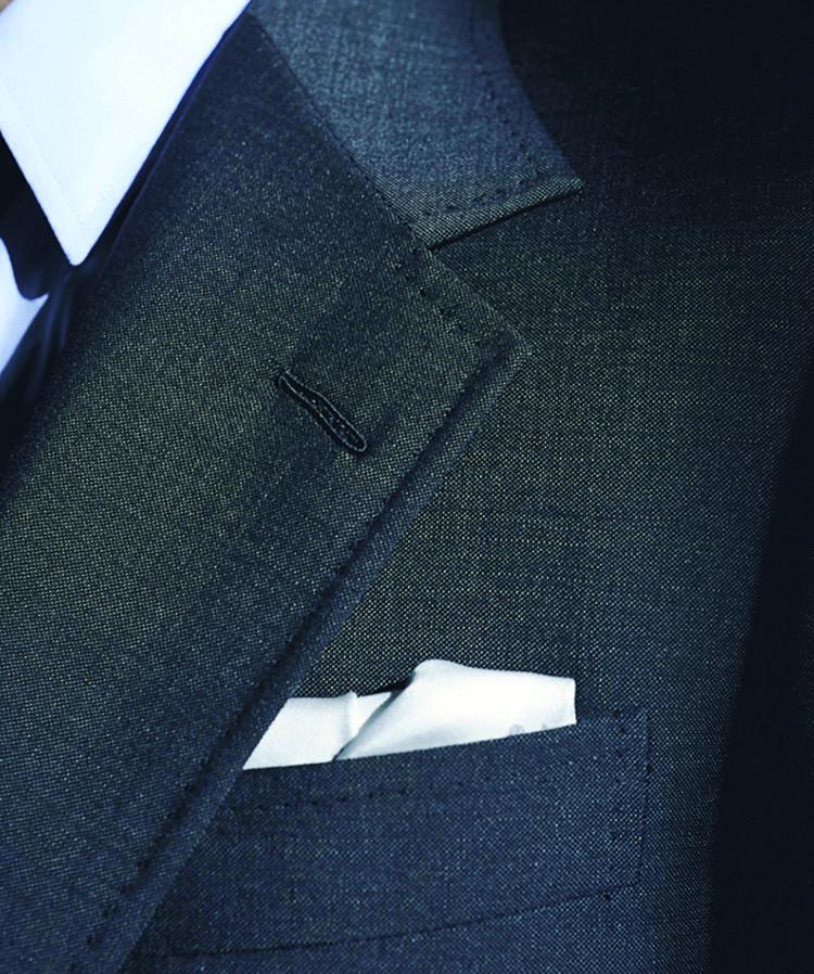 <b>スポーティなダブルステッチでラペルの存在感がアップ</b><br>カジュアルなジャケットに用いられることの多いラペルのダブルステッチ。エレガントなモヘアウールとの取り合わせに意外性があり、ここでも洒落心を演出。シルク糸で丁寧に手縫いされたフラワーホールも美しい。