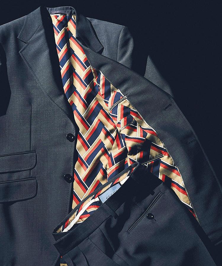 <b>シルク100%のスカーフ素材を裏地に</b><br>シェブロンプリントの裏地はなんとシルク100%。グッチのスカーフに用いられるのと同じ素材で、「フーラード」と呼ばれている。ジャケット全体に加え、パンツのウエストバンド内側にもあしらわれている。