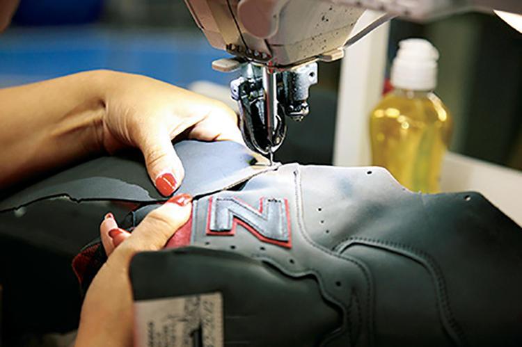 パーツ数が多いため縫製も大変だが、エッジすれすれを正確に素早く縫う技術の高さは圧巻。