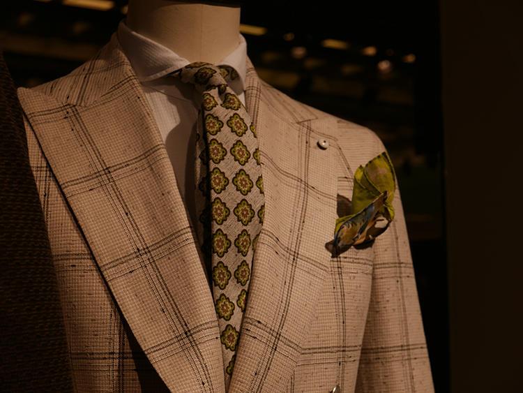 【L.B.M.1911】ベージュ×グリーンの掛け合わせも多く見られた。各々派手な柄ゆきだが、ジャケットのペーンの色やネクタイの地色、小紋の色のトーンが絶妙に合っているのでごちゃごちゃした印象にならない。