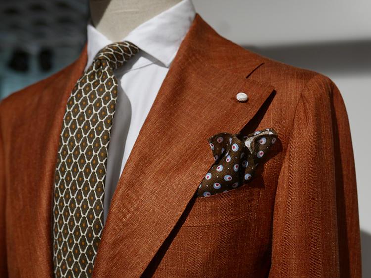 【LUIGI BIANCHI MANTOVA】こうしたオレンジ系、テラコッタ系の色も多かった。ジャケットの色が強いので、シャツは白、ネクタイの小紋にもオレンジを拾っている。