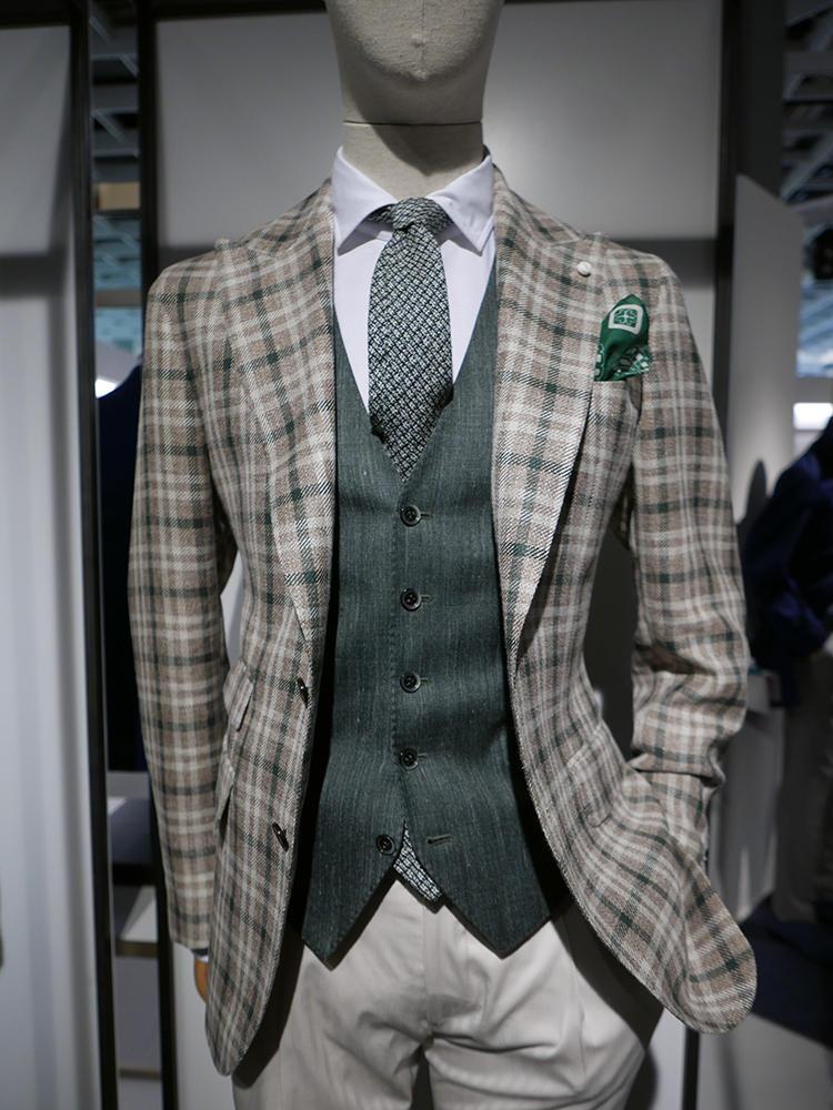 【LUIGI BIANCHI MANTOVA】一見派手なグリーンのチェックジャケットも、ジャケットの地色を拾ったネクタイ、ジレでグリーングラデーションの濃淡で美しくまとまっている。