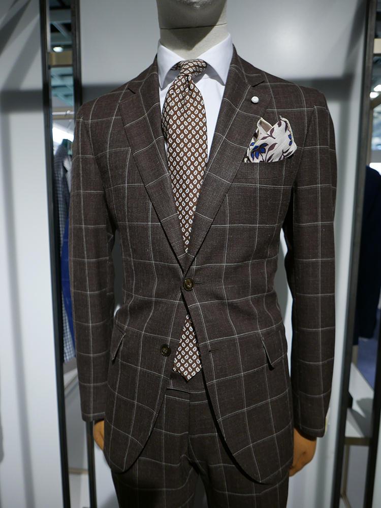 【LUIGI BIANCHI MANTOVA】ダークブラウンのウインドウペーンスーツには、ネクタイは小柄のブラウンでトーン オン トーンに。