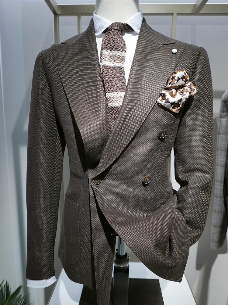【LUIGI BIANCHI MANTOVA】ざっくりした生地感のダブルスーツには、素材感を合わせてニットタイなどを合わせてもいい。ブラウン系ボーダーで、美しいブラウングラデーション。