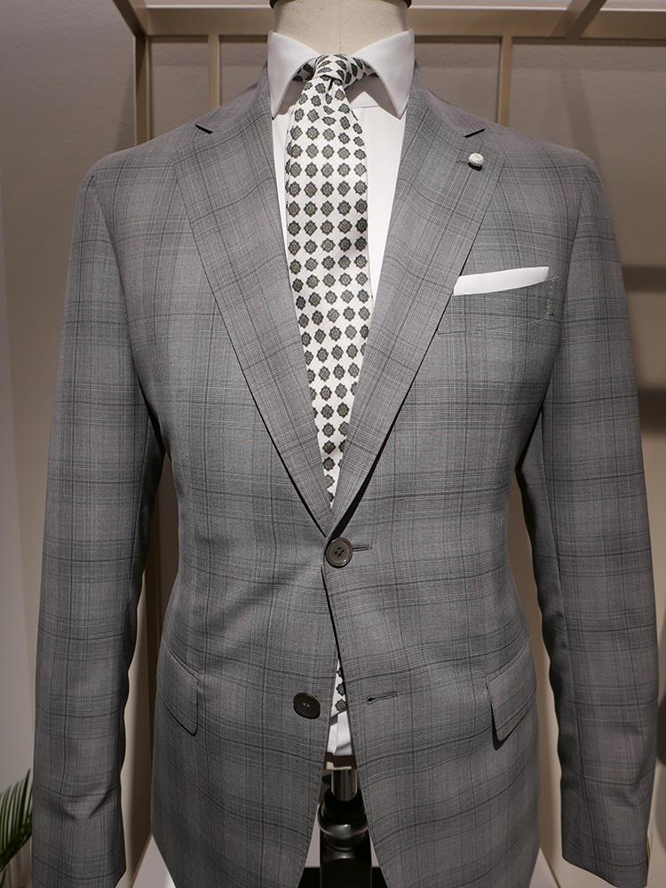 【LUIGI BIANCHI MANTOVA】キリッとした印象にするなら、グレー×グリーンの組み合わせもおすすめ。スーツの柄はシャドーチェックで控えめなので、ネクタイの柄でインパクトを出している。