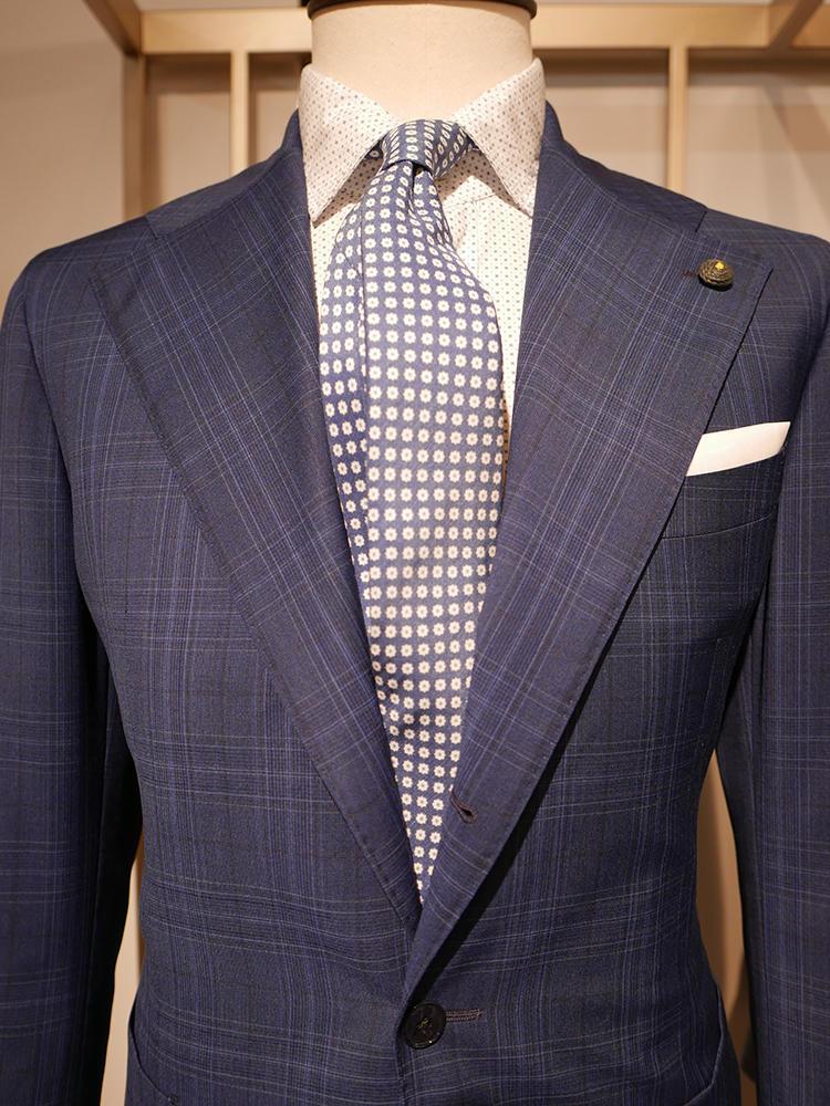 【LUIGI BIANCHI MANTOVA】スーツ、シャツ、ネクタイと3つとも柄で攻める場合は、どれかを控えめな柄にするのがベター。こちらは、スーツとシャツがシャドー柄、ネクタイもベースの色が淡めなので、パッと見はくどすぎずクリーンなブルートーンにまとまっている。