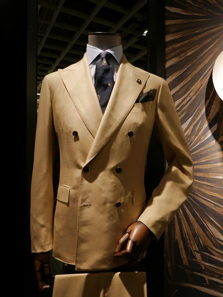 【LARDINI】ブラウンやベージュ系にサックス&ネイビーのシャツタイという組み合わせも真似しやすそう。シャツは手持ちのサックス無地を選べばOK。ここで合わせるネクタイの柄に、スーツの同系色が入っていると、きれいにまとまる。