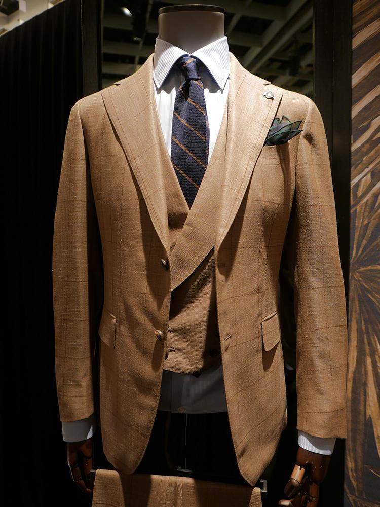 【LARDINI】同じく、ブラウン系スーツ×ブルー系シャツタイの例。こちらも、紺のストライプタイは、ブラウンのラインが入っているのでスーツの色のトーンとのリンクもばっちり。