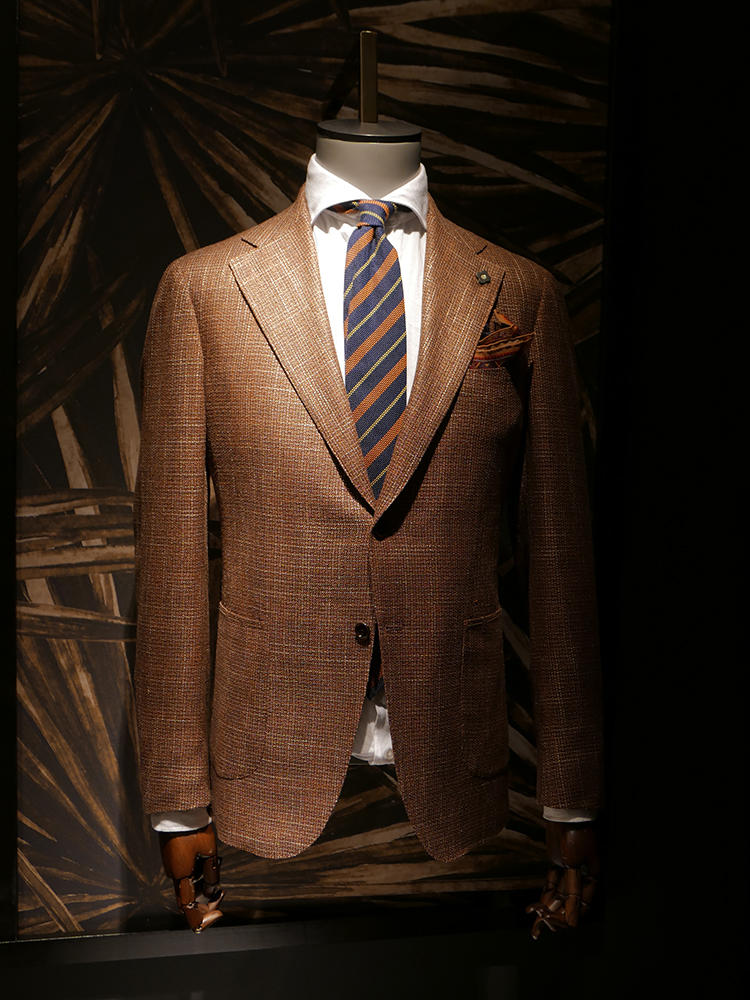 【LARDINI】オレンジがかったブラウンスーツと、紺ネクタイの組み合わせ。こちらも、ストライプの一色にオレンジを拾っているので、スーツとの美しいコンビネーションが完成。