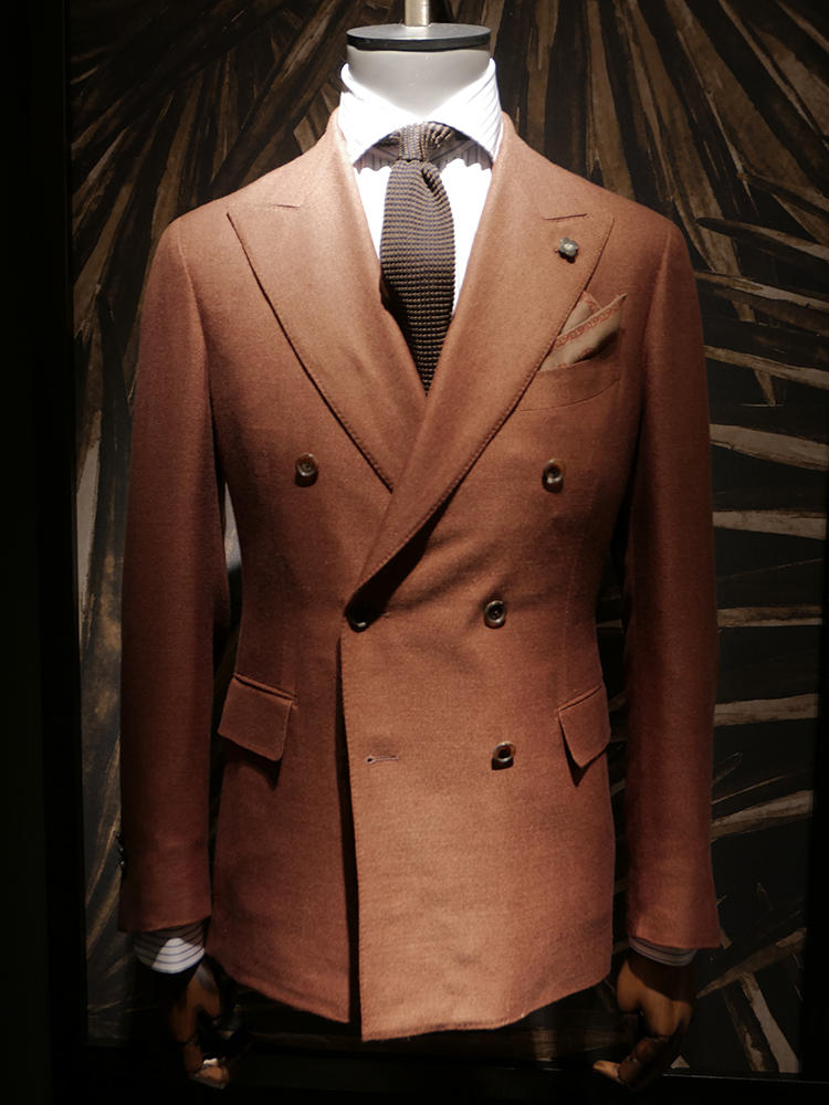 【LARDINI】こうした土のようなテラコッタカラーのスーツも多く見られた。仕事で着るには、スーツ単体で派手な印象もあるので、ネクタイはダークブラウンの無地で控えめに。シャツは、細めのストライプタイでさりげなく主張。