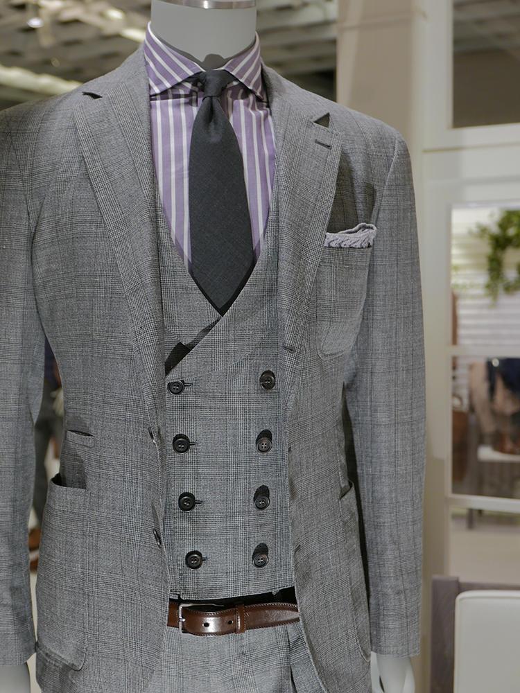 【BRUNELLO CUCINELLI】こちらもグレンチェックのふぁぶるスーツ。普通だと白シャツや無地の青シャツ、といきそうなところ、パープルのロンストシャツというのがなんとも粋。そしてグレーの無地ネクタイというグレートーン合わせも渋い。