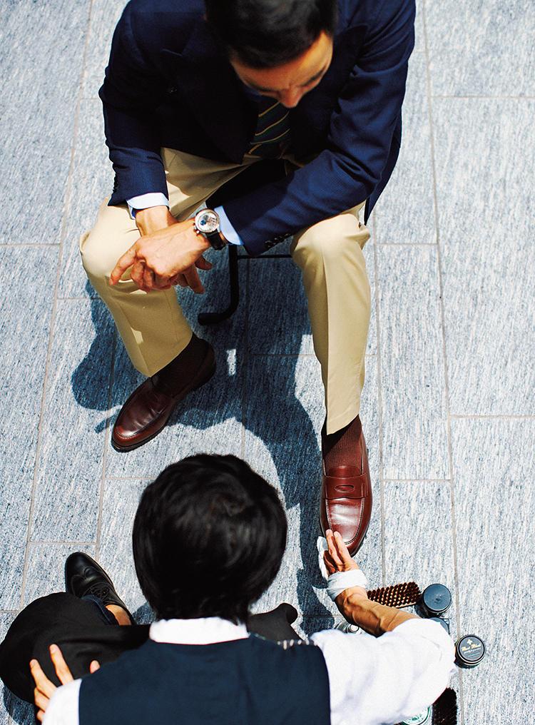 ローファーを靴磨き