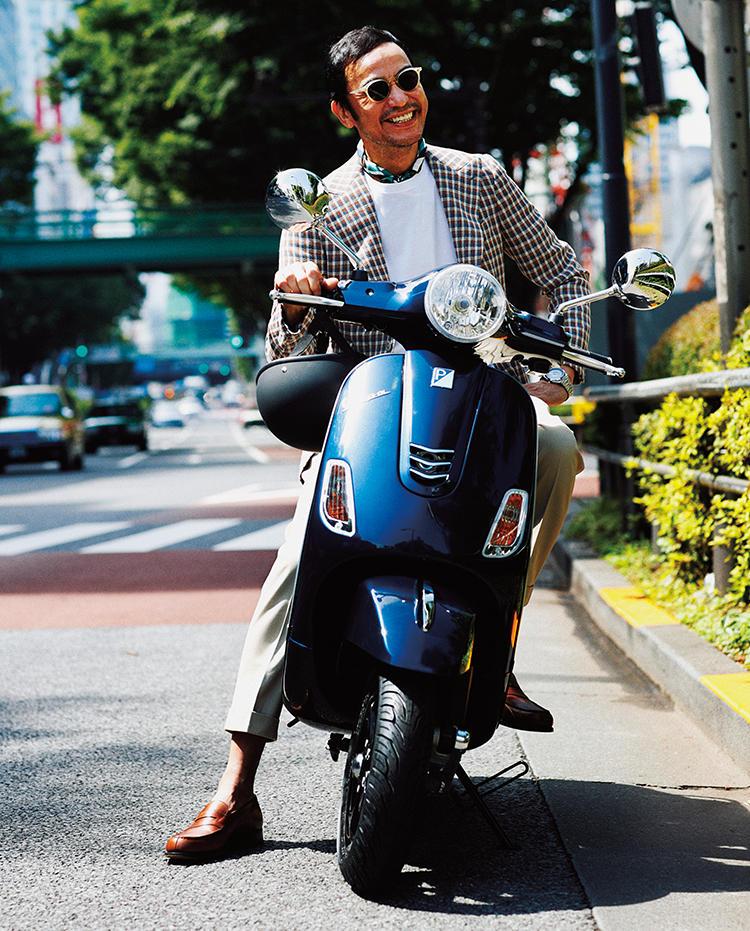 ローファーを履きバイクに乗るモデル