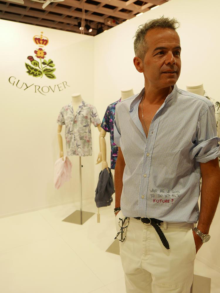 【GUY ROVER】デザイナーのフランチェスコさん。袖のまくり方など、さすがにこなれている。