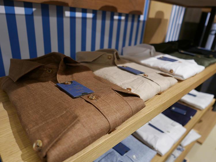 【BARBA】上品なブラウン、ベージュトーンのリネンシャツも胸に2ポケットがつくと、ややワイルドな雰囲気になる。