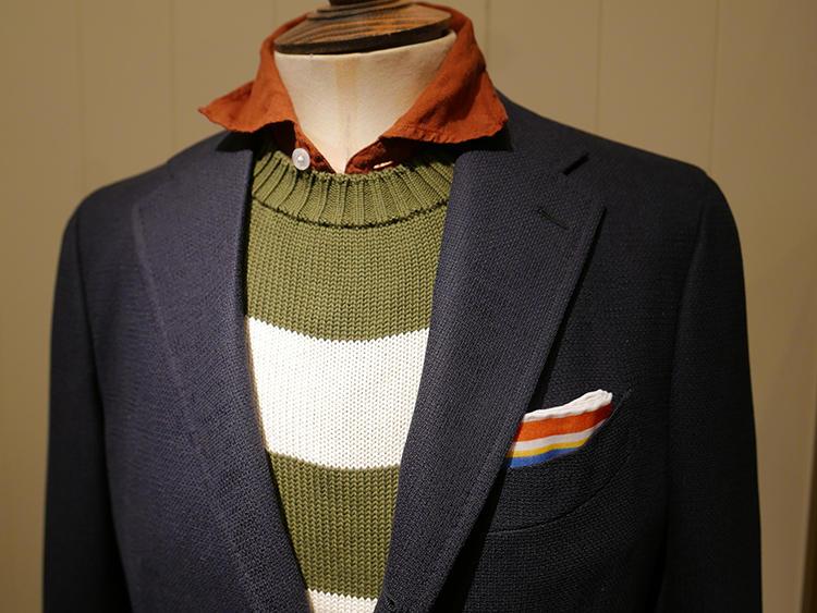 【DRAKE'S】色味の強いカラーシャツは、インにニットをはさむと襟元だけでも存在感が出る。