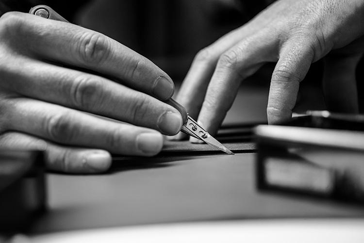 <strong>熟練職人の手作業で作られる</strong><br />パーツの切り出しや細部の仕上げなど、生産工程の多くは、機械ではなく職人が手作業で行うという。これにより大量生産にはない、美しく繊細な鞄が出来上がるのだ。