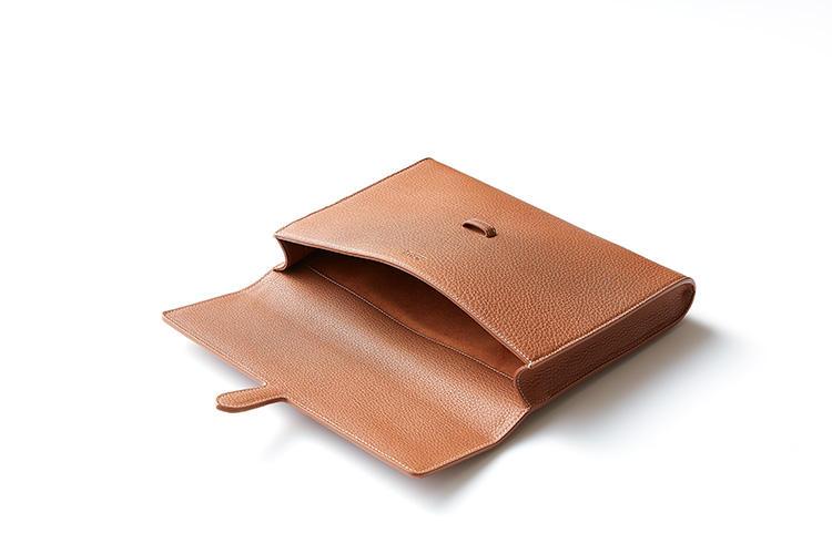 <strong>ポケットなどを排したシンプルな内装</strong><br />このサイズなら、鞄の中でモノが取り出しにくいといったことはないはず、と潔く内ポケットを排して一室構造に。